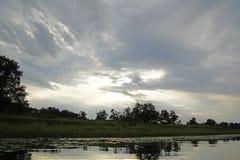 在河Pripyat的晚上日落 云彩 7月 夏天 白俄罗斯横向 免版税库存照片