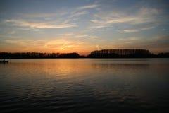 在河Rotte的五颜六色的日落在有反射的Zevenhuizen在水中在荷兰 库存照片