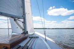 在河Schlei的帆船航行在德国在一个晴天 库存照片