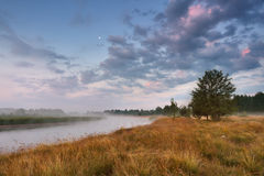 在河shchara的黎明 图库摄影