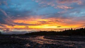 在河Studenaya的美好的日落 堪察加半岛 库存图片