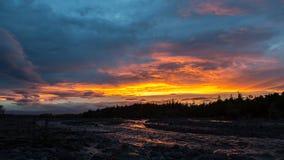 在河Studenaya的美好的日落 堪察加半岛 免版税库存图片