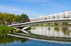 在河Svisloch的驼背桥梁和在Troitsky,米斯克,白俄罗斯的住宅复合体 免版税库存照片