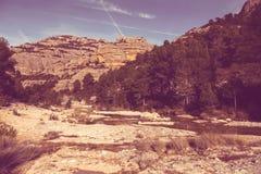 在河Ulldemo附近的山 库存图片