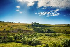 在河Uvac峡谷附近环境美化在晴朗的夏天早晨 免版税库存图片