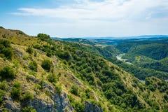 在河Uvac峡谷附近环境美化在晴朗的夏天早晨 免版税图库摄影