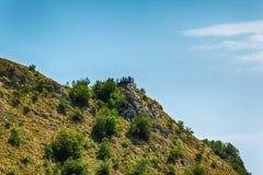 在河Uvac峡谷附近环境美化在晴朗的夏天早晨 免版税库存照片