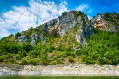 在河Uvac峡谷附近环境美化在晴朗的夏天早晨 图库摄影