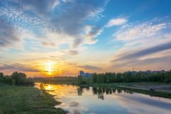 在河Uvod 16的美好的橙色日落 05 2018年在伊凡诺沃, 免版税库存照片