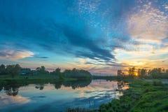 在河Uvod 16的美好的橙色日落 05 2018年在伊凡诺沃, 库存图片