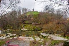 在河Uzh石花岗岩古老基辅罗斯和古老D的峡谷在公园有纪念碑的对英雄和个性的附近小山 免版税库存照片