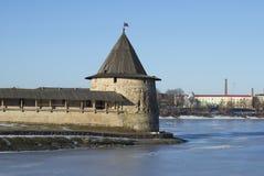 在河Velikaya和Pskova的箭头的塔 克里姆林宫普斯克夫 库存图片