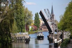 在河vliet的Sijtwende桥梁开放在Leidschendam,荷兰 库存照片
