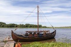 在河Volkhov节日的,拉多加费斯特Lyubsha的重建的小船 俄国 库存图片