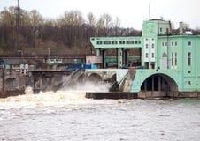 在河Volkhov,俄罗斯的Volkhov水力发电驻地与氢结合的发电站 免版税库存图片