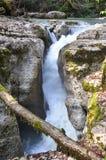 在河Vostochnaya玉簪属植物的瀑布 索契 俄国 图库摄影