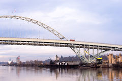 在河Willamette波特兰俄勒冈的被成拱形的佛瑞蒙桥梁 免版税库存照片