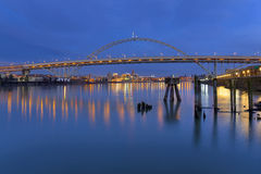 在河willamette的桥梁fremont 库存照片