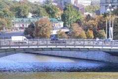 在河Yauza的桥梁 免版税库存图片