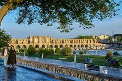 在河Zayandeh,伊斯法罕,伊朗, 17世纪的Khaju桥梁 库存照片