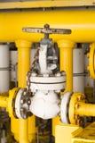 在油和煤气产业的手工阀门,老阀门和许多铁锈在阀门,控制生产过程的设备 库存照片