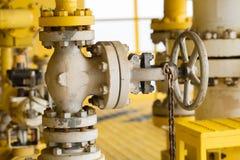 在油和煤气产业的手工阀门,老阀门和许多铁锈在阀门,控制生产过程的设备 图库摄影