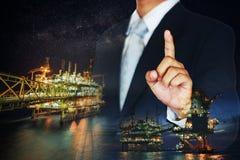 在油和煤气产业的投资与许多金钱 在近海石油和船具产业的股票交易商的能量事务 免版税库存图片