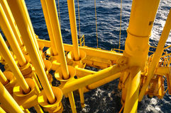 在油和煤气平台的管道 图库摄影