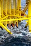 在油和煤气平台的管道 库存图片