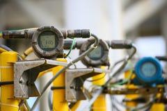 在油和煤气的压力传送器处理,发出信号到在系统的控制器和读书压力,电子变换装置 免版税库存图片