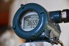 在油和煤气的压力传送器处理,发出信号到在系统的控制器和读书压力 库存照片