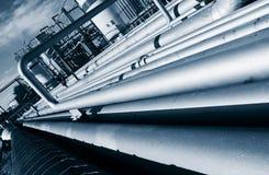 在油和煤气精炼厂里面的管道建筑 库存图片