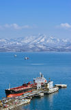 在油港公司Rosneft附近的罐车天使66 不冻港海湾 东部(日本)海 06 03 2015年 免版税库存照片