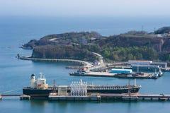 在油港的罐车和平的绿洲 不冻港海湾 东部(日本)海 21 05 2012年 库存图片