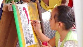在油漆和凹道活动的一张女孩绘画 股票视频