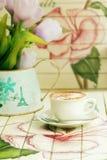 在油漆木桌上的热的热奶咖啡与葡萄酒样式 免版税库存照片