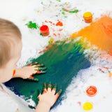在油漆的儿童的手 免版税库存照片