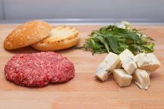 在油煎前的戈贡佐拉乳酪汉堡 库存照片