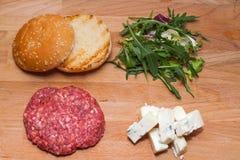 在油煎前的戈贡佐拉乳酪汉堡 免版税库存图片