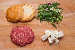 在油煎前的戈贡佐拉乳酪汉堡 免版税图库摄影