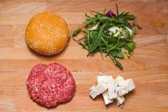 在油煎前的戈贡佐拉乳酪汉堡 库存图片