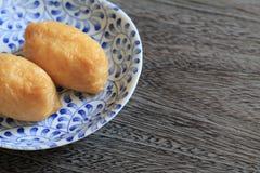 在油煎的豆腐包裹的寿司 免版税库存照片