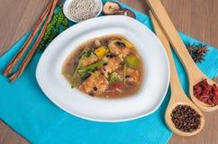 在油煎的豆鱼的面条与装饰 图库摄影