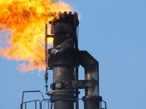 在油田的火炬系统 库存图片