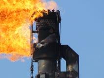 在油田的火炬系统 免版税库存图片