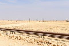 在油田的Pumpjacks Amal (阿曼) 免版税图库摄影