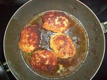 在油的炸鸡炸肉排在平底锅 图库摄影