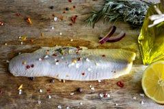 在油葡萄酒静物画的鲱鱼内圆角 免版税库存照片