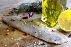 在油葡萄酒静物画的鲱鱼内圆角 免版税库存图片