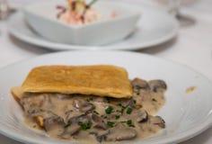 在油酥点心的美味蘑菇开胃菜 免版税图库摄影